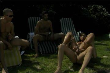 Análszex parti a medence mellett